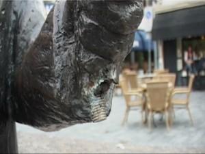 Op 25 mei jl. miste de stadsomroeper zijn bronzen bekken. Het onderdeel in de linkerhand van het beeld was ontvreemd. In de lege hand is duidelijk de schroef in het beeld te zien.