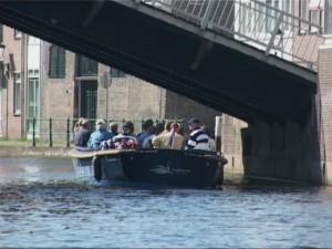De geplande renovatie van de Ooievaarsbrug heeft ook gevolgen voor de voor het Schiedamse toerisme belangrijke fluisterboot, vreest D66. Deze passeert op zijn route immers ook tweemaal de Ooievaarsbrug.