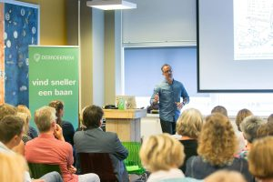 """Over DeBroekriem DeBroekriem is in 2013 opgericht door 3 werkloze twintigers samenkwamen in de behoefte aan contact en inspiratie. Inmiddels organiseert deze vrijwilligersorganisatie jaarlijks ruim 500 netwerkbijeenkomsten verspreid over heel Nederland. Tijdens deze bijeenkomsten zijn er trainingen over onderwerpen zoals """"Een krachtig cv"""", """"De sollicitatiebrief"""", Een goed LinkedIn-profiel"""" of bijvoorbeeld """" Een goede eerste indruk bij een sollicitatiegesprek"""". Werkzoekenden kunnen gratis deelnemen aan de bijeenkomsten, wel vraagt de stichting om een vrijwillige donatie zodra iemand een baan heeft gevonden. Dankzij de inzet van Alen is DeBroekriem genomineerd voor de landelijke vrijwilligersprijs """"meer dan handen"""", stemmen kan via www.debroekriem.nl/vrijwilligersprijs/"""