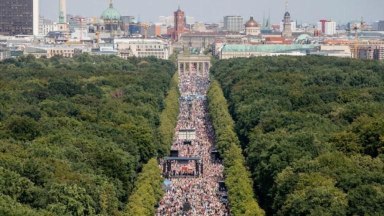 """Berliner Demo – Das Beweisfoto der Medien """"lügt"""": Es wurde lange vor der Veranstaltung aufgenommen"""