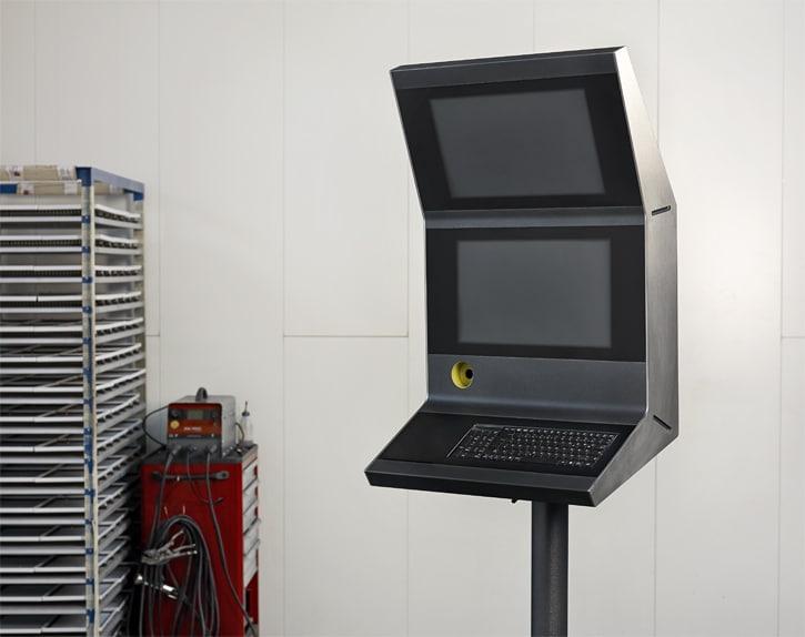 Neues Bediengehäusesystem - Bediengehäuse für Fräsanlage. Bediengehäuse für Fräsanlage – Die modulare Gestaltung ermöglicht auf Wunsch die Anordnung eines zusätzlichen Bildschirms.