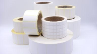 Mehrere weiße Etiketten auf Rollen aus dem Thermotransferdruck