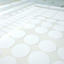 Mehrere Etiketten auf Bogen verschiedenster Formate liegen übereinander