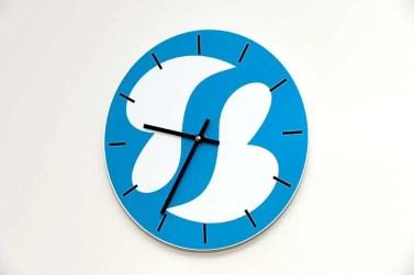 Unsere Uhr mit Logo Schmerztherapie