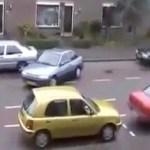 Blondine am parkieren