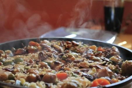 Vegetarische Reispfanne mit Basmati, Paprika, Champignons und geschälten Tomaten. Einfaches Rezept.