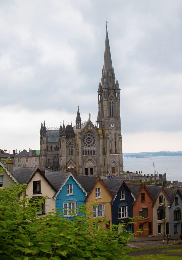 Bekannte Ansicht von der Stadt Cobh mit den bunten Häusern und der Kathedrale