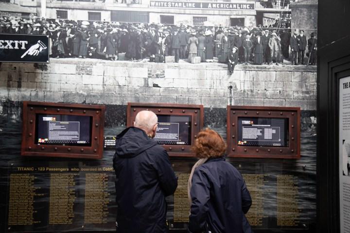 An diesen Terminals können die Besucher die Schicksale der Passagiere auf ihren Tickets erforschen.