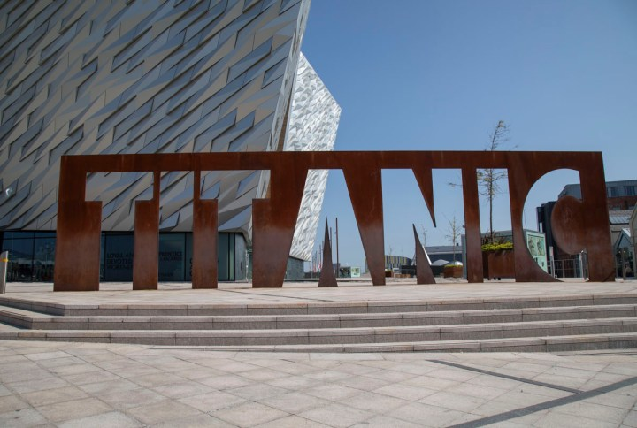 Ausgangspunkt unserer Back Taxitour in Belfast. Die Titanic Experience im Titanic Quarter
