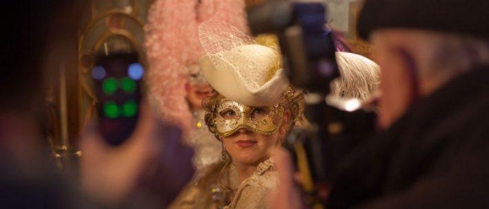 Paperazzi vor dem Cafe Florian. Star für eine Nacht: Eine Maske geniesst das Rampenlicht