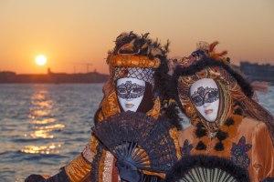 Zwei Masken beim Sonnenuntergangsshooting bei der Erlebnis-Fotoreise zum Karneval in Venedig