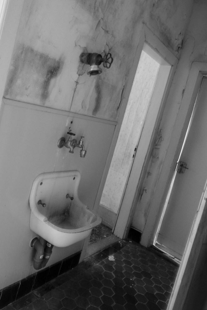 Waschbecken und Löschschlauanschluss