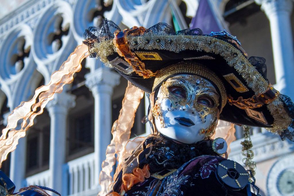 Schon gar nicht so schlecht für den Anfang: Maske vor dem Dogenpalast.