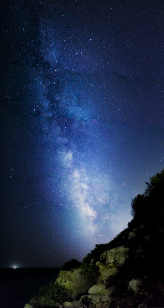 Die Milchstraße geht auf. Über der Grotte am Cumbre del Sol am Cala Moraig