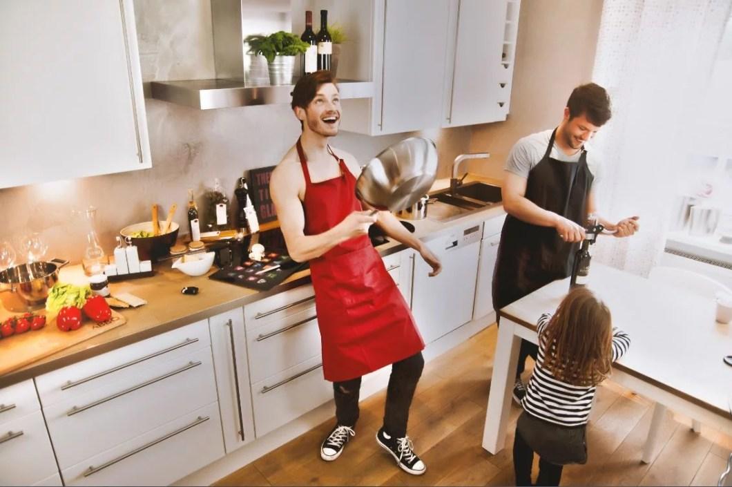 In der Küche mit Pfanne und Weinflaschenöffner