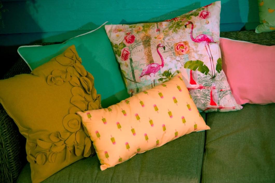 Dabei stehen frische, leuchtende Farben im Vordergrund:Strahlendes Sonnengelb, frisches Kiwigrün, Saftiges Orange oder Türkisblau wie das Meer. Kombiniert mit tropischen Motive wie Flamingos, Papageien, Palmen oder exotischen Früchten aus fernen Ländern wie Ananas, Melonen oder Kokosnüsse machen den Tropic-Look perfekt! So sorgst du für Urlaubsfeeling bei dir zuhause und kannst deinen Balkon oder Garten in eine exotische Oase verwandeln.