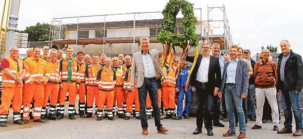 Armin Nöh, Dr. Wolfgang Wiese und Lothar Bothe als Vorsitzender des Cloppenburger Ausschusses für Bau und Verkehr (vorne, von links) feierten nun mit Mitarbeitern des Bauhofes und politischen Vertretern Richtfest.