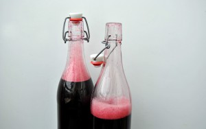 Holunderbeerensaft in Flaschen füllen