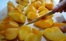 Obst mit dem Opinel Messer schneiden