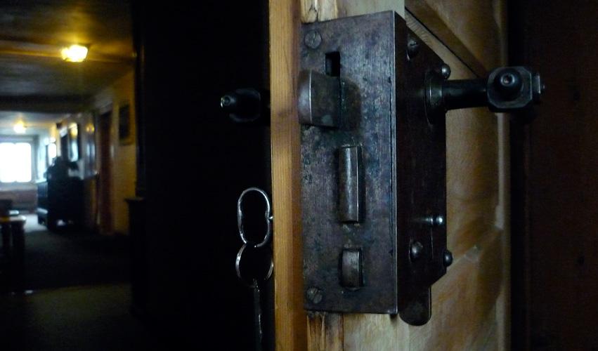 Die Türen zu den Gästezimmern haben noch ganz alte Schlösser.