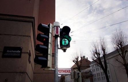 Ampel mit Wanderer in Innsbruck