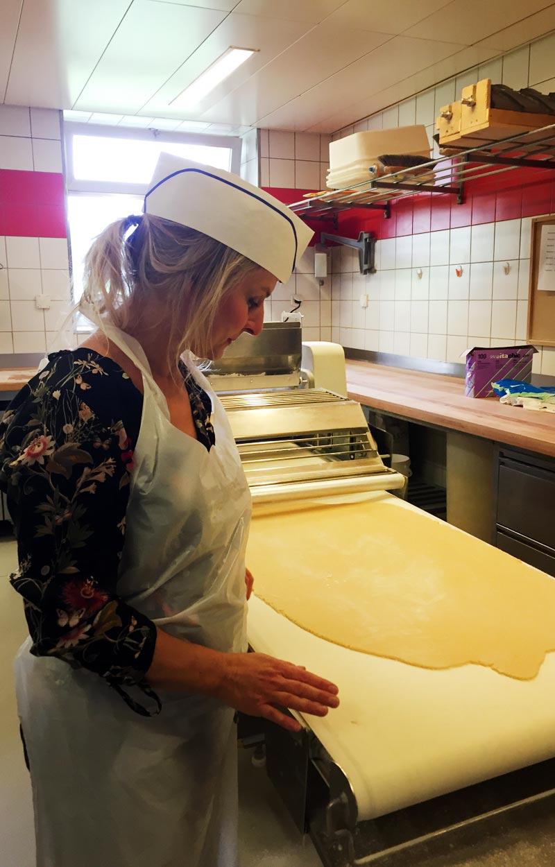 Charis in der Backstube von Kochendörfer