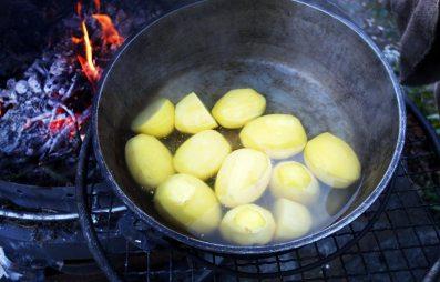 Kartoffeln draußen kochen
