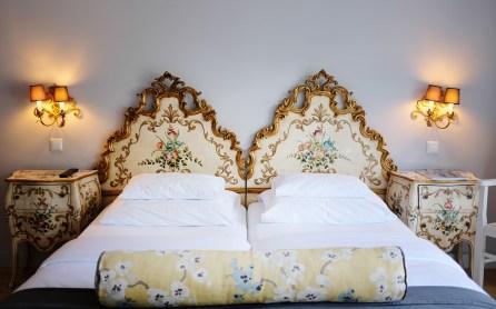 Venezianische Kopfteile an den Betten