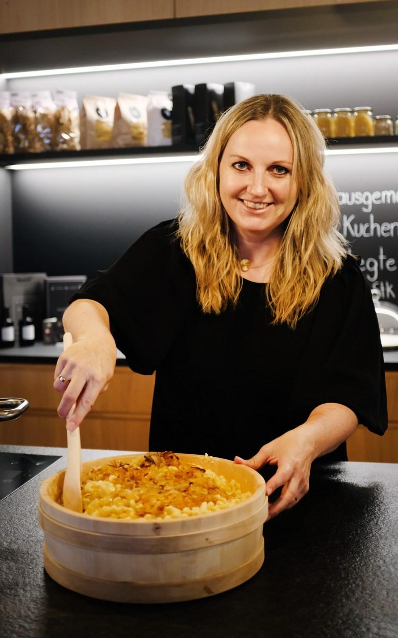 Evi Haller bei der Zubereitung der Käsespätzle