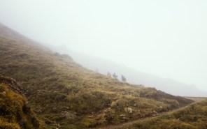 Aufstieg bei Nebel über die Seiser Alm