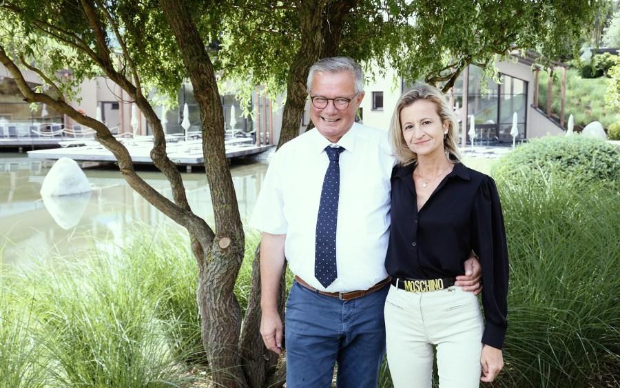 Ehepaar Auer vor dem Hotel