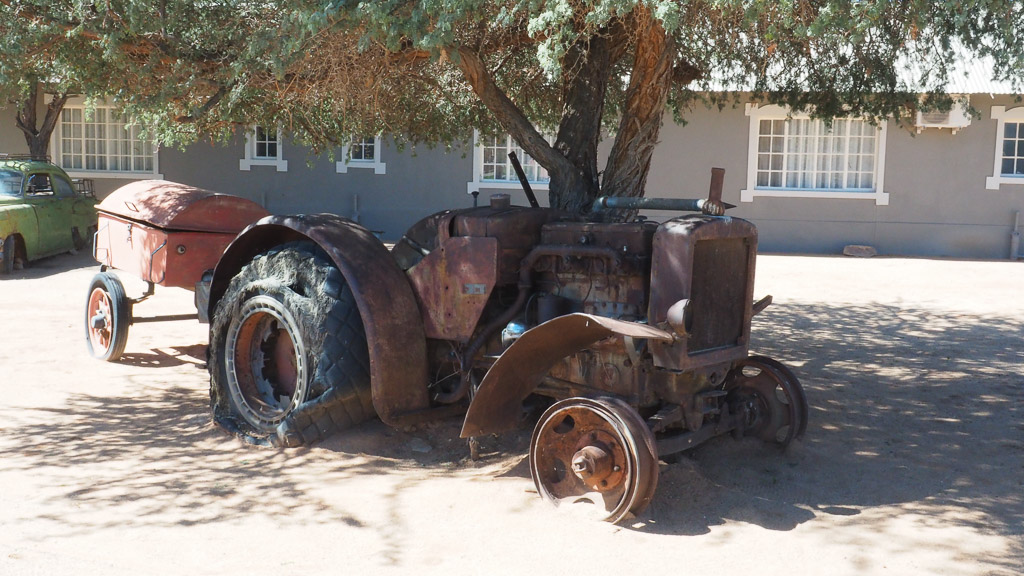 Traktor Oldtimer am Roadhouse in Namibia