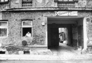 Die Frau im Fenster in der Großen Hamburger Straße. Foto: Petra Elsner