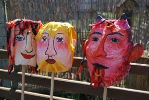 Die Kopfstabpuppen zu den Teufelszungen, gebaut von Petra Elsner