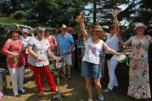 Im Schatten der kleinen Blautanne riefen die Kurtschlager Trommler mit einer Samba zum Dorffest.