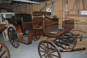 """Der Jagdwagen von 1870 wurde 2003 in Polen komplett neu aufgebaut. Den hatten Kinder aus Klosterfelde angezündet, aber das Eisengestell war noch gut. Jetzt ist er wieder eine Augenweide. """"Das Baujahr der Kutschen ist schwer zu sagen. Manchmal heben sich die Kutschenbauer auf der Achse verewigt"""", erzählt Jürgen Bohm. Foto: Lutz Reinhardt"""
