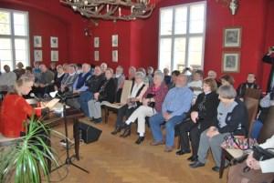 Petra Elsner bei einer Lesung im Kaminzimmer des Jagdschlosses Groß Schönebeck. Foto: Lutz Reinhardt