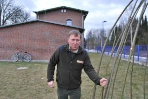 """Ranger Uwe Schneider erklärt: """"Den Weidendom haben wir gerade mit unseren Junior-Rangern, den einstigen Wilden Spürnasen, aufgebaut. Die wilde Fläche neben dem Bahnhofsgebäude von ca. 180 Quadratmetern werden wir in einen Biogarten verwandeln. Quartiere für Insekten sind als nächstes dran."""" Foto: pe"""