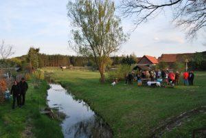 Man versammelt sich nach 19 Uhr in dem kleinem Schorfheidewalddorf am Fließ. (Fotos: pe)