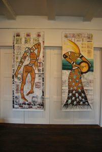 Zwei große Bilderfahnen sind unter den Ausstellungsstücken, die dritte blieb in der Rolle und wartet auf einen größeren Raum.