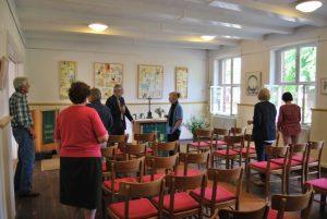 Kleines Werkgespräch im Stehen bei der Eröffnung. Mitte: Pfarrer Stephan Flade erkundigte sich nach den Anschüben für dies Werke.