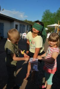 Dorfkinder bei der Ziehung der Gewinnerin. Foto: pe