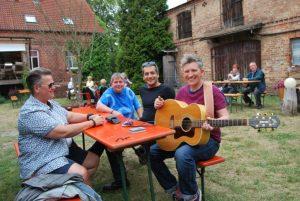 """Rockmusikerin Suli Puschban (rechts) mit Freunden auf dem Heusinger-Hof. Die Wienerin lebt heute in Berlin und ist oft zu Gast bei """"Privatkonzerte"""" in Groß Schönebeck."""