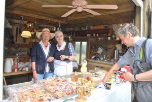 Lisa und Renate beim Kuchenverkauf.