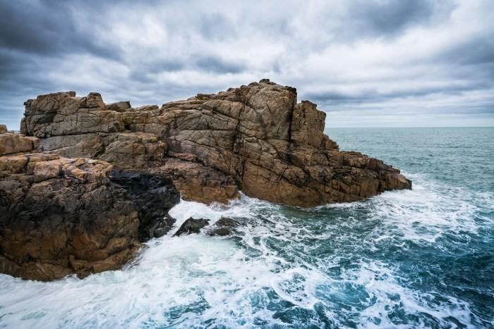 Raues Meer an Klippen der Bretagne