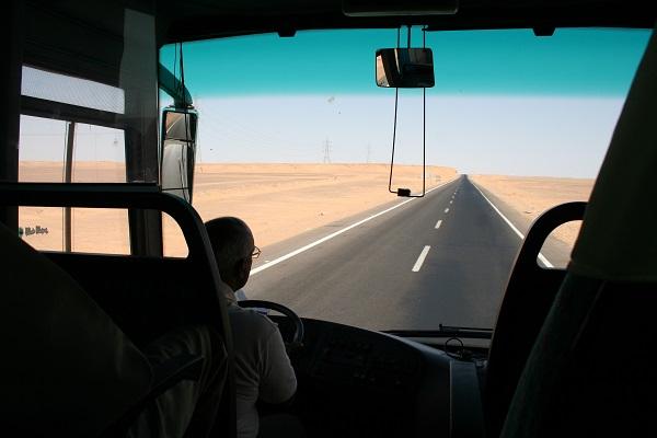 Straße 75 durch die Wüste nach Abu Simbel in Ägypten
