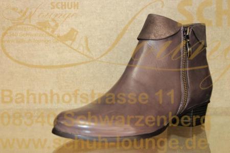 Ein schöner Herbstbegleiter ist dieser elegante Schuh aus Glattleder. Ob zur Hose oder Rock, durch seinen leicht glänzenden Randabschluss aus streichelzartem Nubukleder ist dieser Schuh auch ein festliches Highlight. Er ist leicht gefüttert und hat eine angenehme Absatzhöhe von 30 mm.