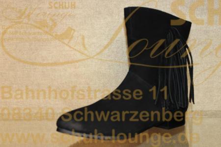 """Diese stylische Stiefelette aus schwarzem Nubuk-Leder von Piazza gefällt bestimmt. Sie hat ein dünnes Futter und eine weiche Innensohle. Die seitliche angebrachten Fransen und der """"Used-Look"""" an Spitze und Ferse ziehen das Augenmerk auf sich. Leichtes An- und Ausziehen gewährleistet der innen liegende Reißverschluss und sicheres Laufen die profilierte PU-Sohle."""