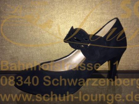 """Dieser schwarze Riemchenpumps von Gabor ist nicht nur für die Silvester Party der passende Begleiter, mit ihm sind sie immer """"en vogue"""". Er hat einen Stiletto Absatz von 70 mm Höhe, eine weiche Innensohle aus Leder und als Highlight eine rote Synthetik Laufsohle."""