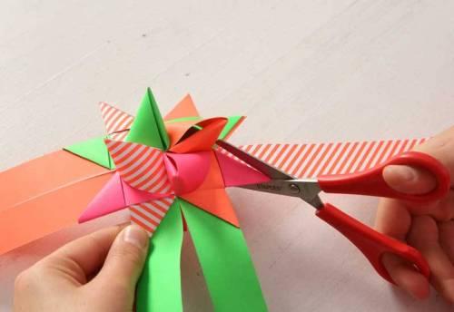 Jetzt schneiden Sie die überstehenden Streifenenden mit der Schere ab- und Ihr Fröbel-Stern ist fertig!